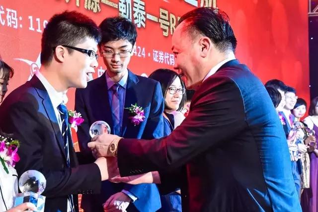 勒泰集团创始人、董事局主席杨龙飞为此次REITs合作中介机构颁奖