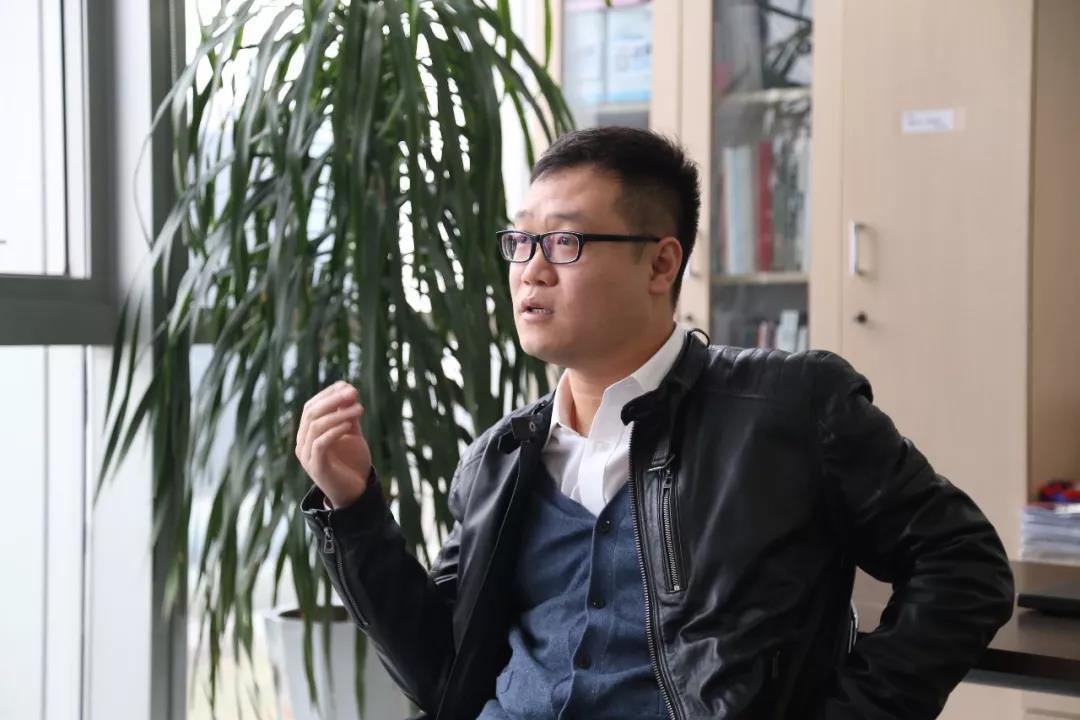 勒泰集团品牌副总裁袁栋正在接受采访